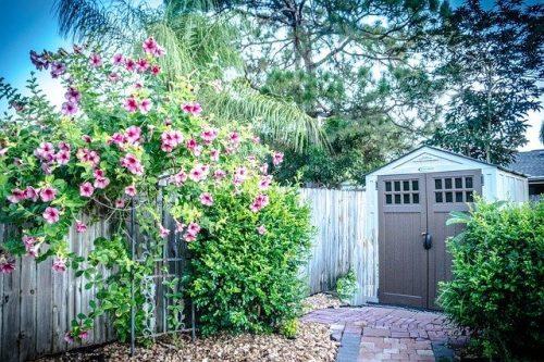 Embellir son extérieur avec un abri de jardin bois