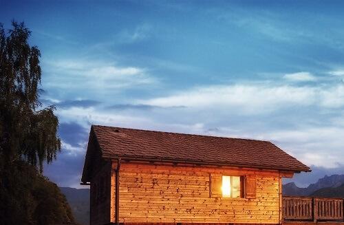 Que préférer pour un abri de jardin bois : peinture ou lasure ?
