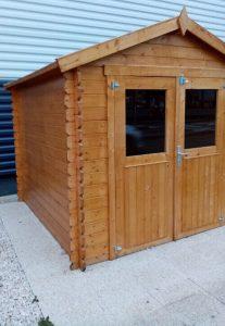 Choisir entre un cabanon de jardin en kit et un abri DIY.